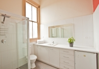 Ensuite bathroom at the Delatite Hotel, Mansfield