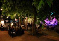 Delatite Hotel Courtyard live music